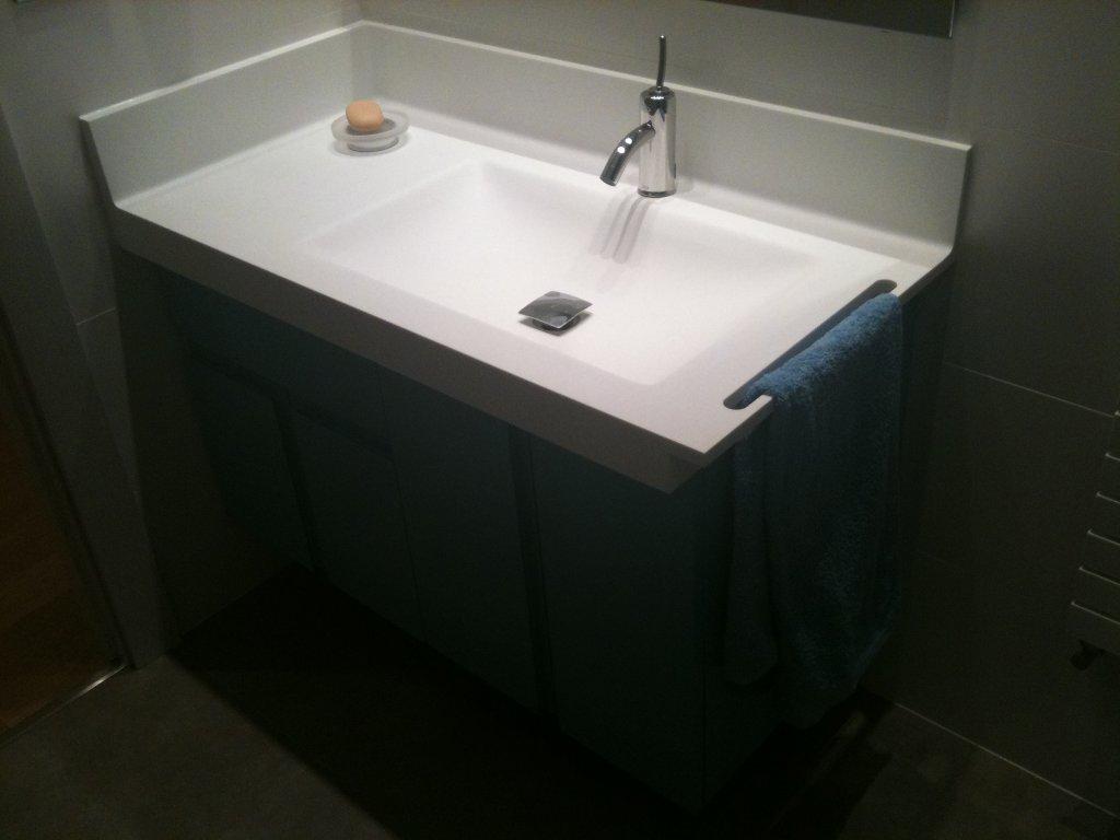 Corian informaci n y detalles d 39 zinzel - Tiradores para muebles de bano ...