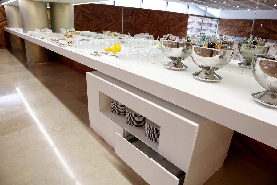 Corian informaci n y detalles d 39 zinzel for Mobiliario de restaurante